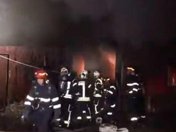 Incendiu violent în Bucureşti! 6 autospeciale intervin de urgenţă
