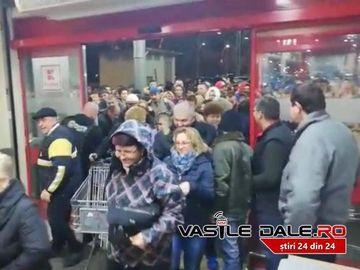Haos în România! Oamenii s-au călcat în picioare pentru reduceri! Imagini incerdibile dintr-un supermarket
