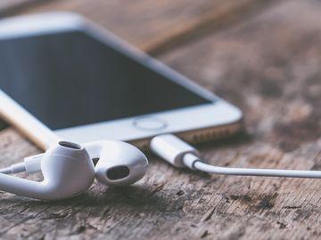 Un puşti de 16 ani a murit după ce a adormit cu căştile în urechi de la telefonul băgat la încărcat! Detalii şocante