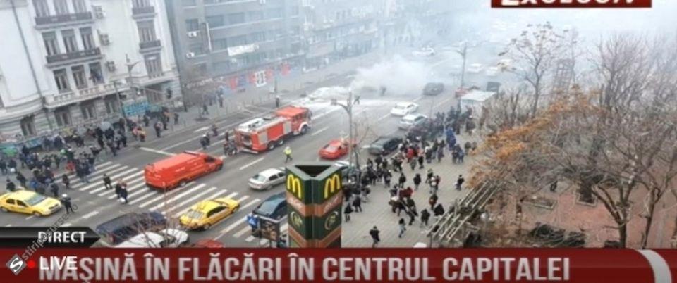O maşină a luat FOC, în trafic, la Piaţa Romană! Circulaţia este oprită