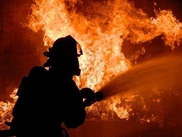 Incendiu puternic la o locuinţă din Dolj! O mamă şi fiica ei au fost rănite