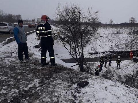 Accident grav în Sibiu: Un microbuz plin cu oameni a ajuns într-o râpă! Autorităţile au intervenit de urgenţă