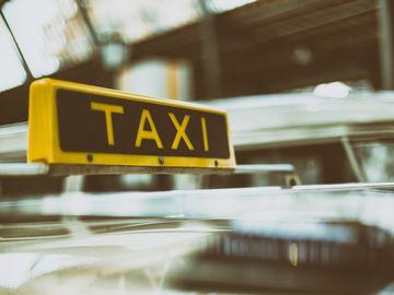 Un taximetrist din Braşov a luat în maşină un bărbat de 68 de ani! Când a ajuns la destinaţie, şoferul a realizat ce se întâmplase cu clientul lui