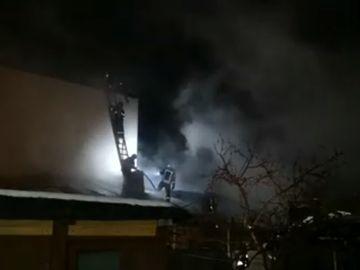 Incendiu devastator în Capitală! Şase case au ars din temelii. O persoană a ajuns la spital