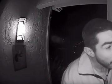 Ca-n filmele cu proşti! Un bărbat a lins soneria unei case timp de 3 ore. Ce a urmat te lasă cu gura căscată
