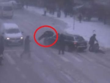 Accident teribil în Suceava! O maşină a lovit 4 oameni pe o trecere de pietoni!