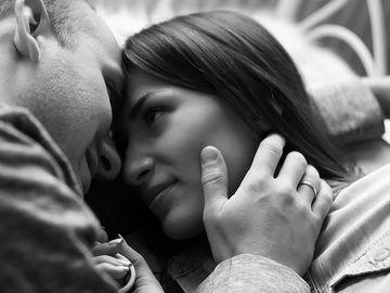 Cum flirteaza un barbat timid: 7 semne clare ca te vrea
