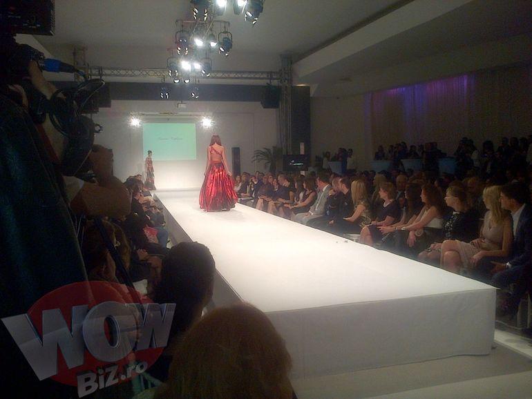 Bianca Dragusanu a defilat pe podium dupa avort! Uite ce tinuta spectaculoasa a avut, desi grimasa de pe fata ei...