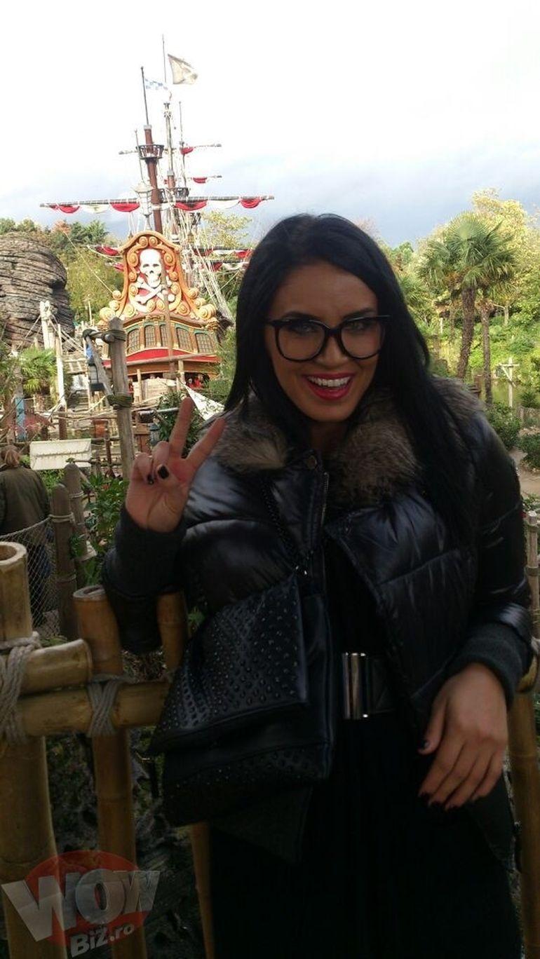 Imagini exclusive! Pestrita a fugit din tara! Adelina a dat in mintea copiilor la Disneyland. A frecat lampa lui Alladin, doar, doar...