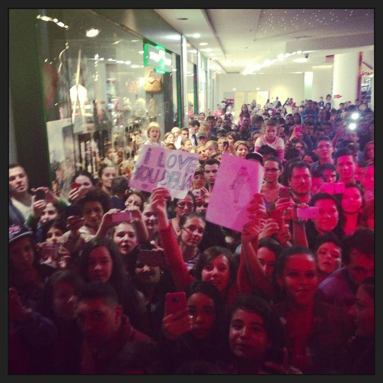 Un puhoi de lume s-a strans la mall sa o vada! Cine este cantareata care a avut surpriza asta si vezi reactia ei!