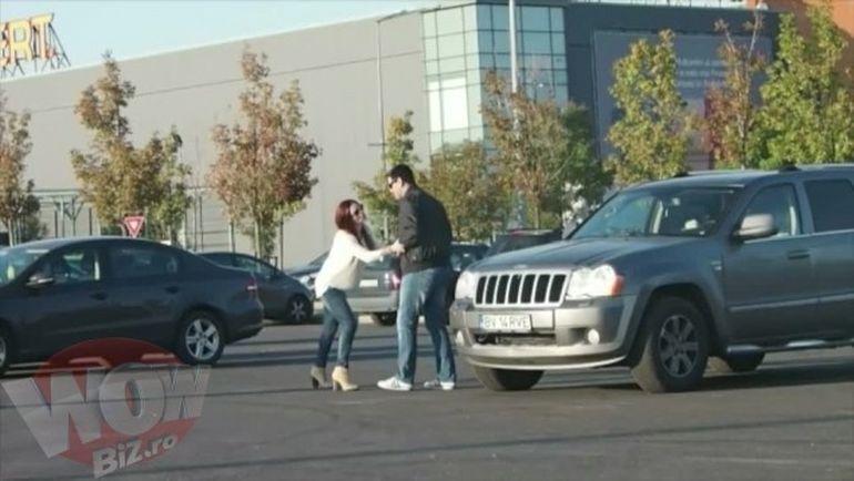 FOTO! Gata, s-au impacat! Avem dovada! Ellie White si iubitul ei s-au sarutat in mijlocul mall-ului, langa bradul de Craciun