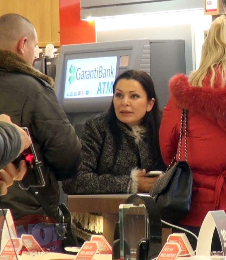 VIDEO EXCLUSIV! Ilie, noi stim ce-si doreste nevasta de Craciun! Brigitte Sfat discuta suparata cu reprezentantii unei companii de telefonie mobila. Nu i-a placut ce a auzit si a iesit bombanind prin tot mall-ul