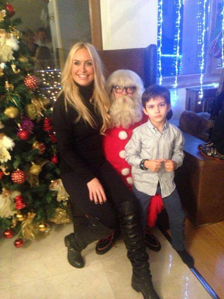 Mos Craciun a venit mai devreme la Vica si fiul sau! Uite-o pe blondina zambitoare pe genunchii Mosului