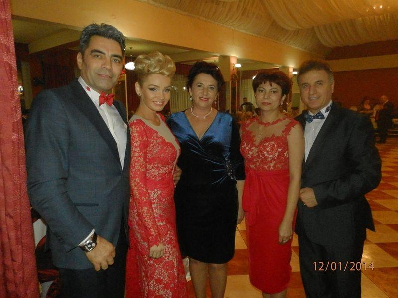 Marcel si Mirela (dreapta) s-au fotografiat cu Constantin Enceanu si familia acestuia