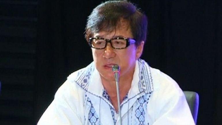 Cine ar fi crezut ca kung-fu-ul se va potrivi cu stilul Iuliei Albu! Jackie Chan a purtat in Romania aceeasi ie ca vestitul fashion editor