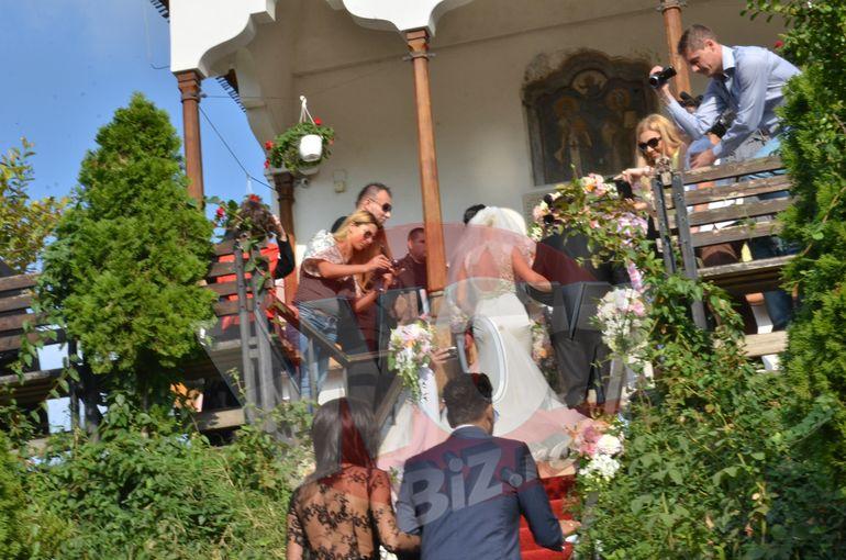 """FOTO! Aproape ca nici preotul n-a putut """"intra"""" in biserica! Uite cum si-a pus Connect-R """"gorilele"""" sa-l pazeasca la nunta!"""