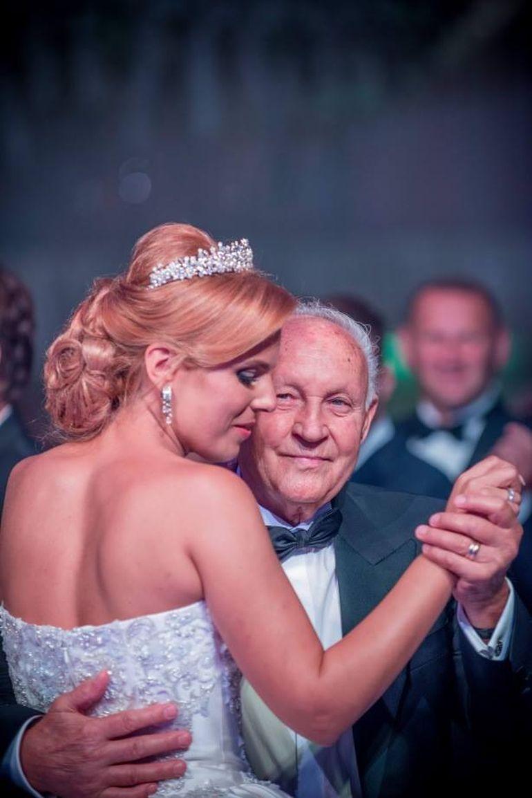 FOTO! Cel mai emotionant moment de la nunta Ioanei Sucu! Fiica milionarei Camelia Sucu a dansat cu bunicul ei!