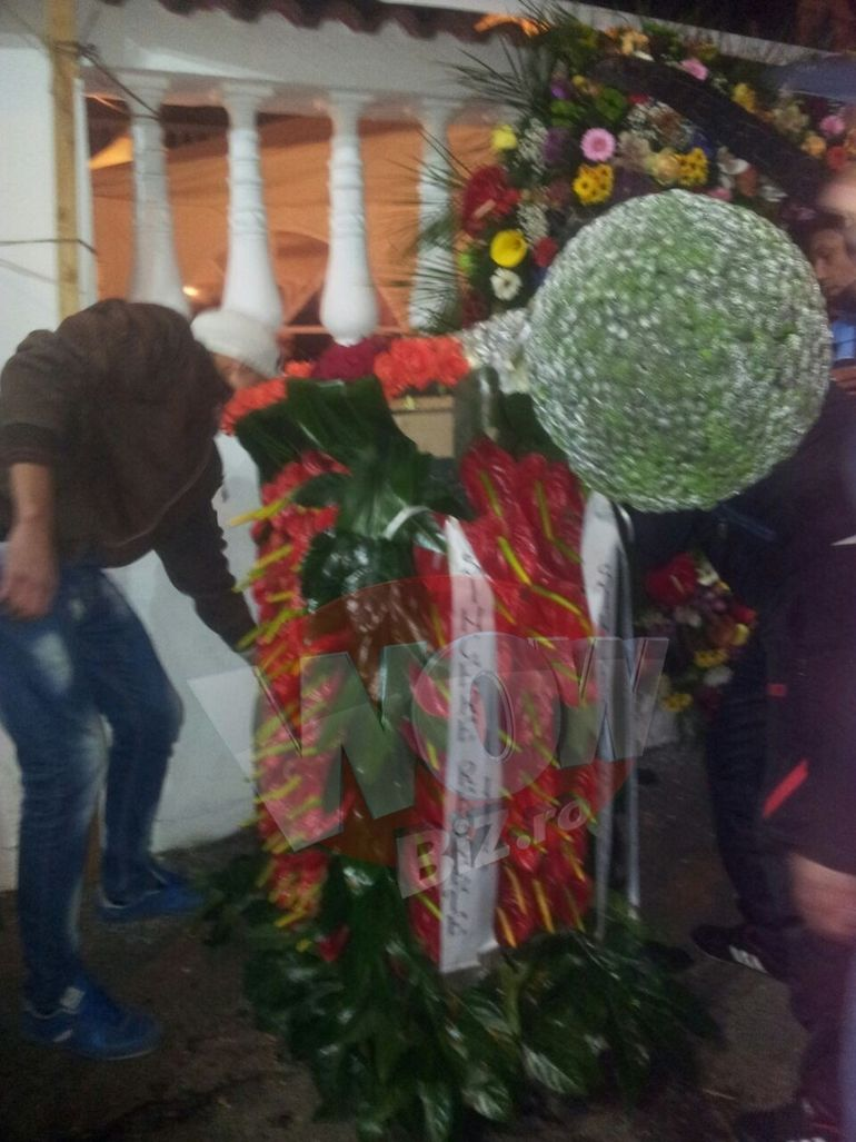 VIDEO Adrian Minune, ingropat in bani la priveghiul Reginei Florareselor! Manelistul a cantat la capataiul Bambinei