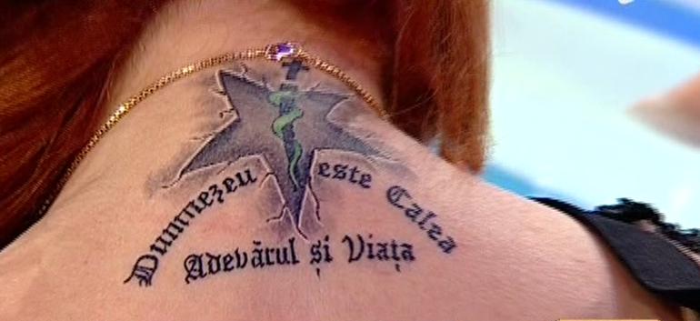 Carmen Serban si-a facut un tatuaj pe gat! Uite cum arata! Iubitului ei i-a placut atat de mult, incat si-a facut si el unul la fel!