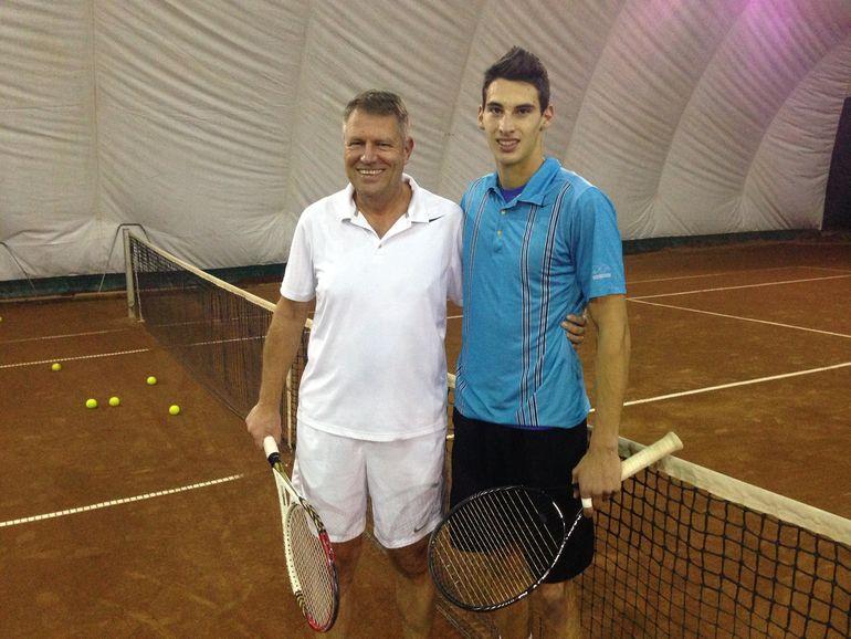 FOTO Klaus Iohannis a jucat tenis cu un profesionist dupa ce l-a batut mar pe Ponta! Iubita lui Victor, adversarul de la fileu al presedintelui ales, a votat cu Tariceanu!