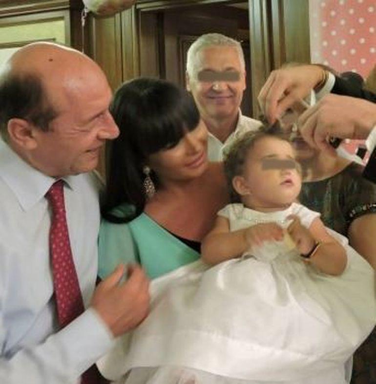 EXCLUSIV | Incredibil, ce sacrificiu i-a cerut Basescu fiicei lui, Elena, sa faca! Ea voia sa plece in Franta, dar presedintele nu a lasat-o