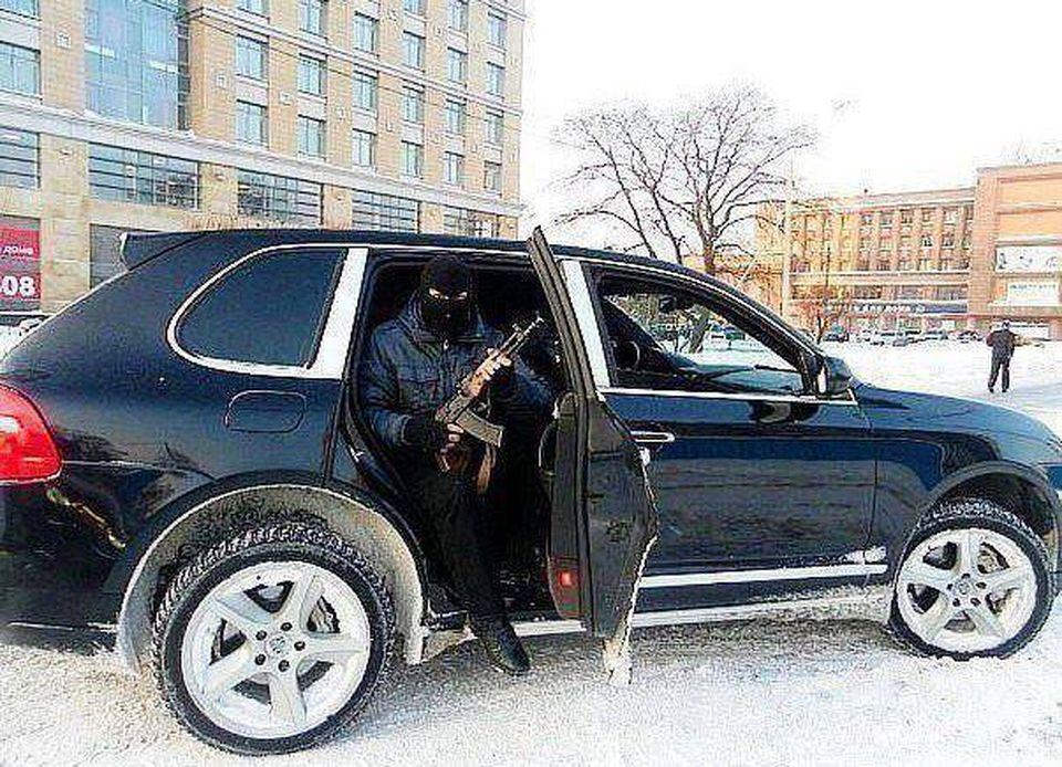 """FOTO   Incredibil, cu ce au ajuns sa se laude interlopii pe Facebook! Corduneanu se da mare c-o poza cu cagula si pistol-mitraliera! """"Beleaua"""" zice:"""