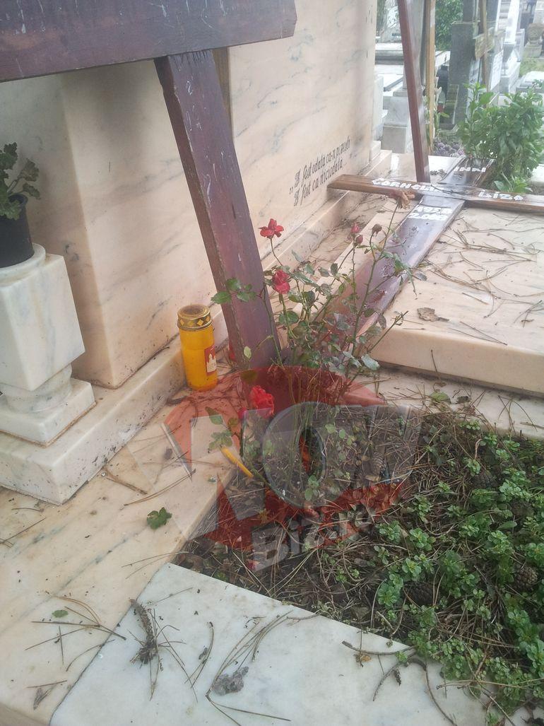 FOTO EXCLUSIV! Mormantul fiului lui Florin Calinescu, lasat in paragina! Geamul de la candela s-a spart! Nimeni nu pare sa se ingrijeasca de cavoul unde sunt ingropati sotia actorului si baiatul sau care s-a sinucis