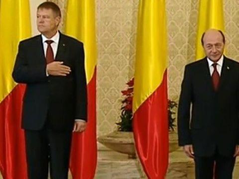 "EXCLUSIV! Carmen Iohannis, desfiintata de stilisti! ""Rochia a fost prea scurta, iar manecile trebuiau sa fie trei sfarturi, sau chiar lungi. In plus, a ei a avut o alura varatica!"" Maria Basescu, in schimb, a luat o bila alba!"
