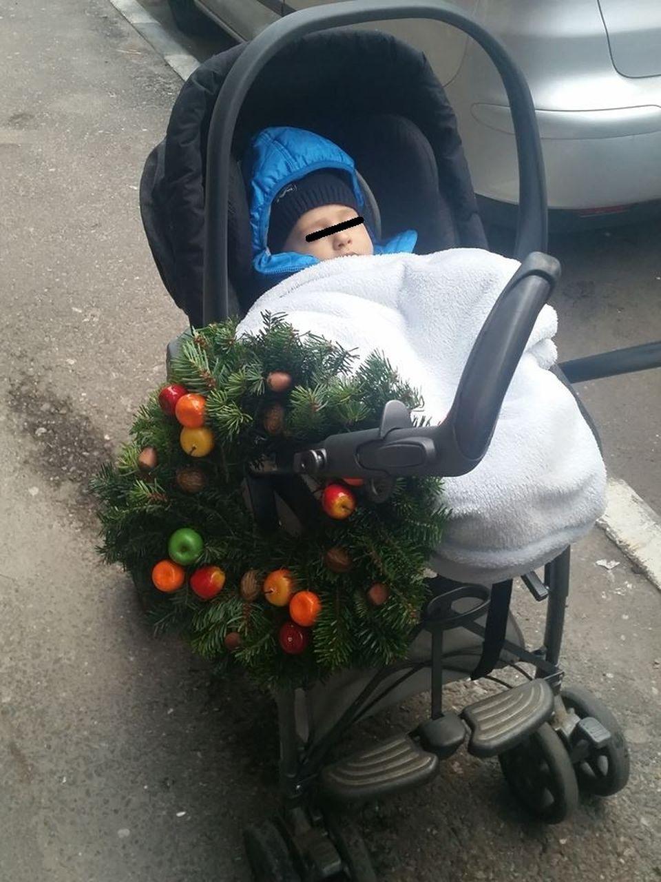 FOTO! Ce idee inedita a avut Dana Rogoz! A impodobit carutul baietelului cu o coronita de brad!