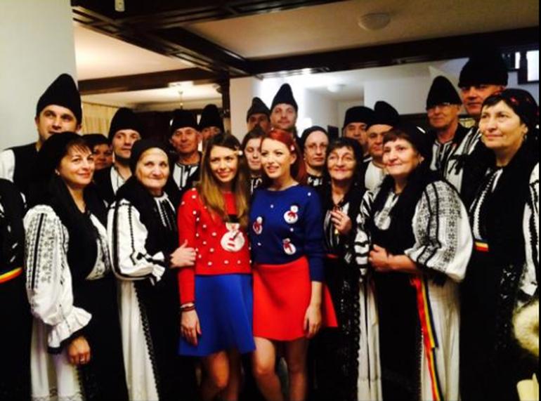 FOTO! Craciun de poveste pentru Elena Gheorghe! Vedeta a petrecut Sarbatorile la Medias, iar fiul si nepotii ei au primit o multime de cadouri de la