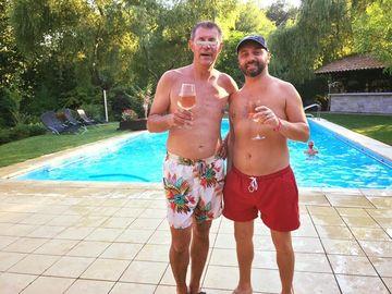 EXCLUSIV | FOTO | Ce vila smechera are Ovi in Corbeanca! Cantaretul locuieste cu familia intr-o casa cu piscina si ponton!