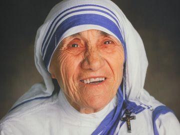 Sigur nu stiai asta! Maica Tereza are origini romanesti! Numele de botez al celei care va fi canonizata in septembrie de Papa Francisc este Gongea Boiangiu, tatal ei fiind aroman, iar mama - albaneza!