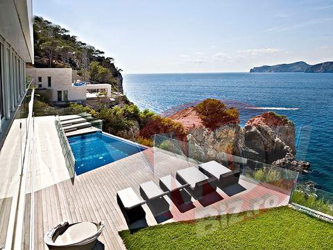 """FOTO EXCLUSIV   Gica Popescu isi vinde la reduceri vila fabuloasa din Mallorca, pe care a platit 15 milioane de euro! """"Baciul"""" cere de trei ori mai putini bani, desi casa este cu adevarat incredibila! Vezi aici imagini de senzatie cu constructia de lux!"""