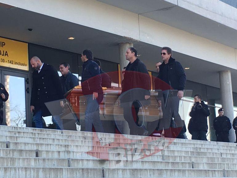 Trupul neînsufleţit al lui Didi Prodan a ajuns la Arena Naţională! Primele imagini cu sicriul cărat de greii din fotbal