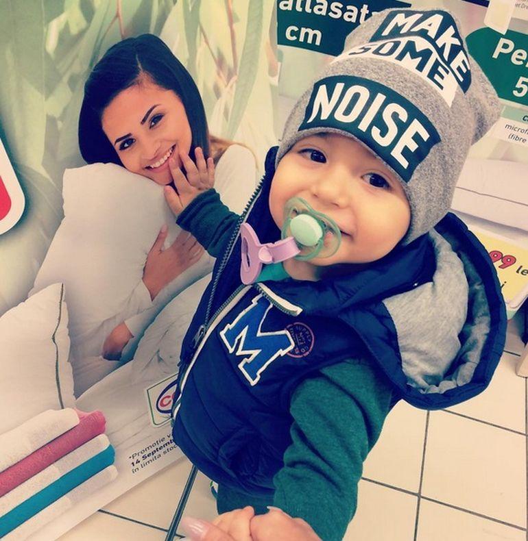 Fotografie adorabila cu David, baietelul Andreei Mantea! De mana cu mama lui, juniorul a facut un gest emotionant