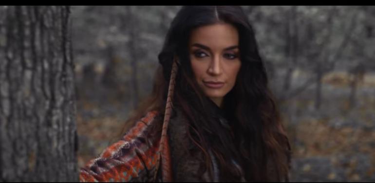 """Ea este cantareata care a filmat cu lupii! Vezi clipul spectaculos al Stefaniei Udrea, intitulat """"Ce ti-e si cu dragostea""""!"""