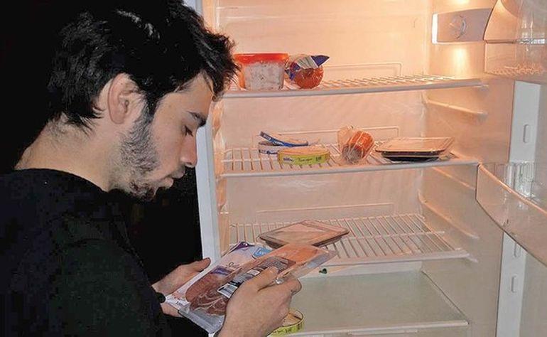 David Puscas, fiul Luminitei Anghel, traieste in conditii mizere! Nu are mancare in frigider si casa in care sta e saracacioasa