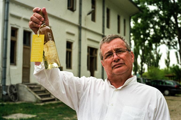 Ce avere impresionanta detine Mircea Dinescu! Poetul are 100 de hectare de vie, doua apartamente, o casa si o crama, dar si 6 tractoare si o combina! Vedeta a recunoscut ca s-a imprumutat de 90.000 de euro, fara scadenta, de la prieteni! EXCLUSIV