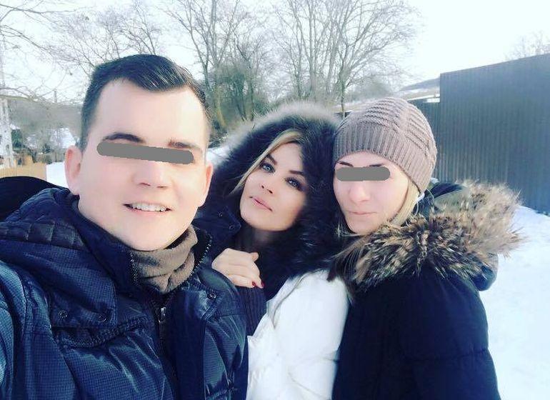 Monica Dascalu s-a reintors in satul copilariei! Frumoasa prezentatoare face Anul Nou cu fratele si cu logodnica acestuia