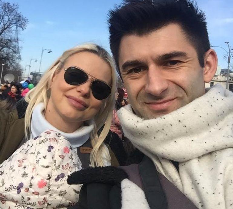 Jojo i-a dat replica lui Mircea Badea! Atacata ca si-a dus bebelusul de trei saptamani la proteste, blonda pune lucrurile la punct