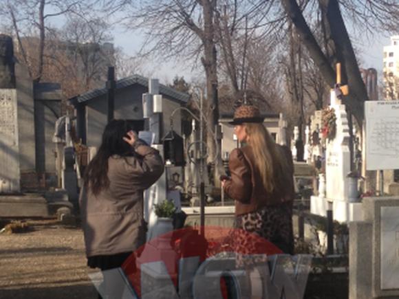 Fiicele nu l-au uitat pe Radu Beligan! Mormantul regretatului actor e unul din cele mai ingrijite din cimitir! Raluca, una dintre fete, i-a adus flori si i-a aprins lumanari – Video Exclusiv!