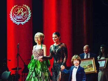 Sotia prezentatorului TV Rares Bogdan, mai sexy ca niciodata! Bruneta Florina a venit la balul Operei intr-o rochie transparenta si despicata prin care s-a vazut tot!