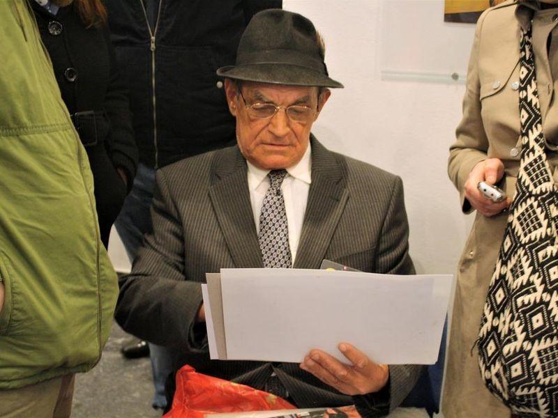 Ion Barladeanu a ajuns vedeta datorita colajelor pe care le realizeaza