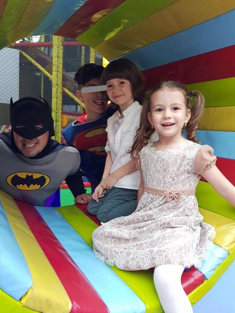 Adi Sina a fugit de la petrecerea fiului! Anca Serea a ramas din nou singura cu cei mici! VIDEO!