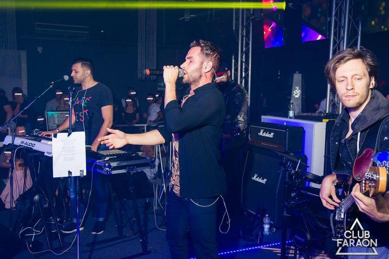 Randi, gafa de proportii la un concert in strainatate! Vezi ce si-a lipit artistul pe stativul microfonului! FOTO