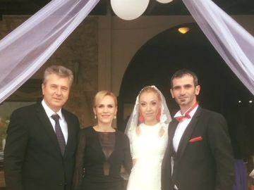 Gabriela Firea, aparitie indrazneata la o nunta in Grecia! Rochia neagra, cu decolteu adanc si transpareta in zona bustului i-a scos formele in evidenta