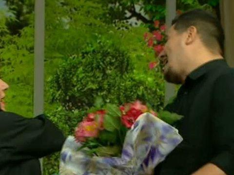 Laura Zapata l-a palmuit pe Bursucu, in direct! Jap, jap! Colegul lui Teo ii oferea un buchet de flori, ea...