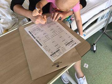 Eva, fetiţa diagnosticată cu cancer, mesaj sfâşietor! Ce a putut să-i spună mamei ei atunci când a aflat că va fi operată