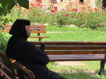 Cea mai tare fotografie facuta de Gheorghe Visu! Marele actor a surprins-o pe stareta Manastirii Moldovita in timp ce vorbea la mobil fara sa-si foloseasca mainile!