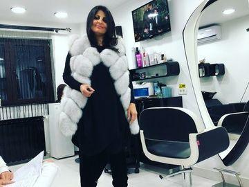 Iubita lui Sile Camataru, aparitie de senzatie la un salon de infrumusetare! Uite-o pe Mirela imbracata intr-o spectaculoasa vesta de blana, ca la marile prezentari de moda!